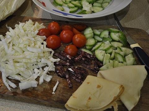 салат в корзиночках з блинів - продукти